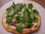 Pizza au magret de canard fumé, roquefort, poire et mâche