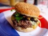 Burger à la fourme d'Ambert et oignons caramélisés